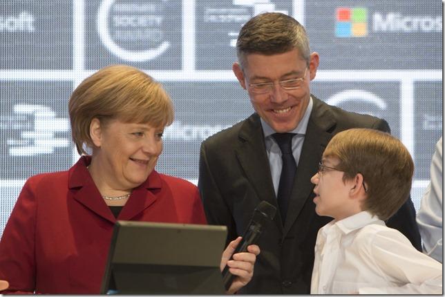 Angela Merkel auf dem CeBIT-Stand von Microsoft